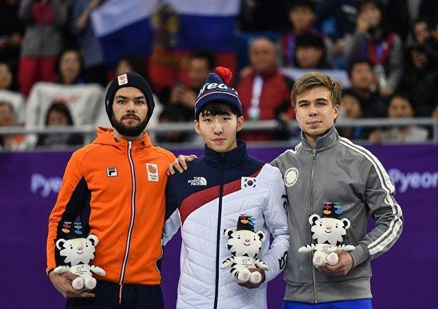 俄罗斯短道速滑选手叶利斯塔托夫(右边)