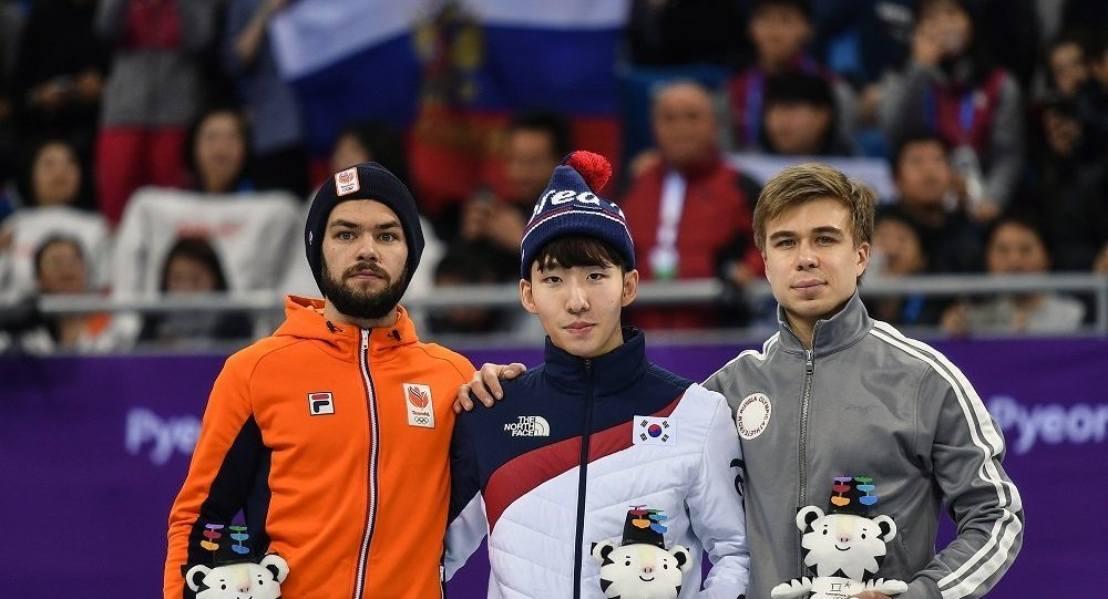俄羅斯短道速滑選手葉利斯塔托夫(右邊)