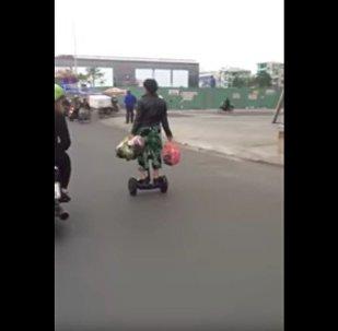 越南老太騎平衡車購物(視頻)