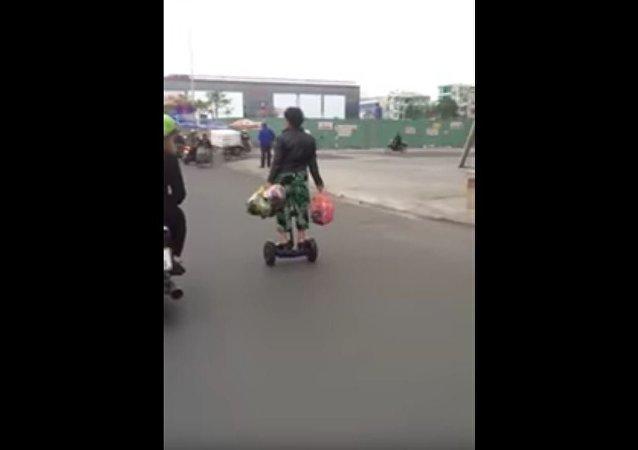 越南老太骑平衡车购物(视频)