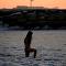 哈薩克斯坦女孩在結冰的裡海中沐浴