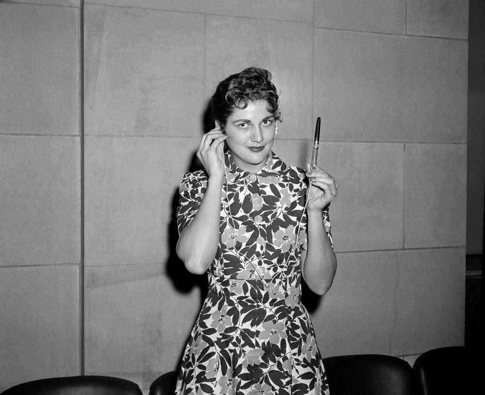 """1946年2月13日,""""联合国电台""""开播,电台设在联合国总部。"""