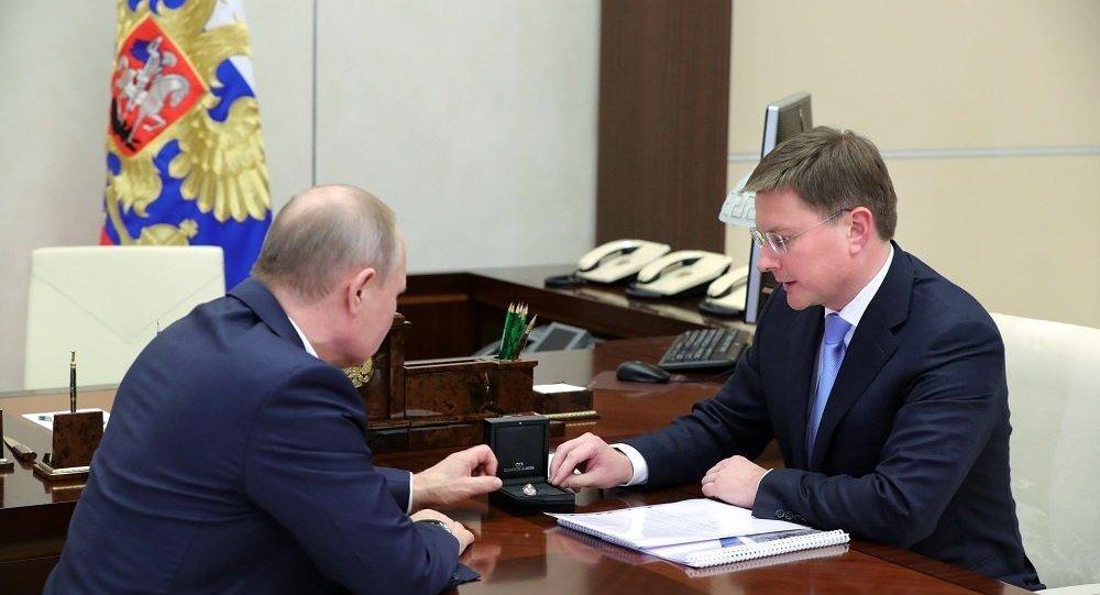 普京向俄埃罗莎公司总裁了解本土开采的稀有钻石
