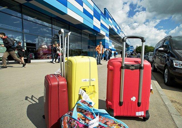 媒體:一名中國女子擔心坤包內的錢財丟失鑽進行李安檢機