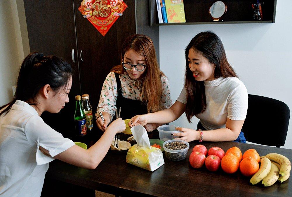 远东联邦大学的中国留学生们正在为俄罗斯朋友准备年夜饭。