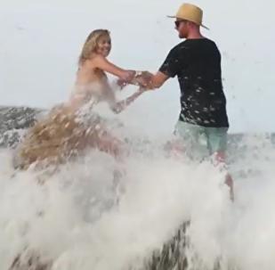 美國攝影模特在拍攝時被海浪衝成了落湯雞