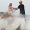 美国摄影模特在拍摄时被海浪冲成了落汤鸡
