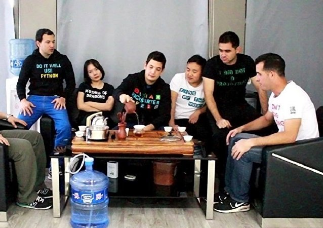 """古巴年轻企业家在中国制造""""智能""""上衣"""