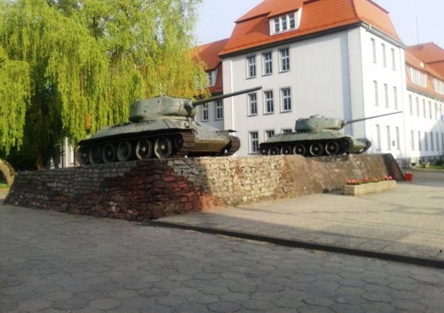 波兰德拉夫斯科市民试图挽救两辆T-34坦克
