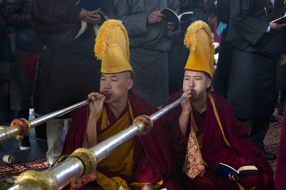 印度達蘭薩拉,藏族僧侶頭戴禮帽在慶祝洛薩爾(藏歷新年)