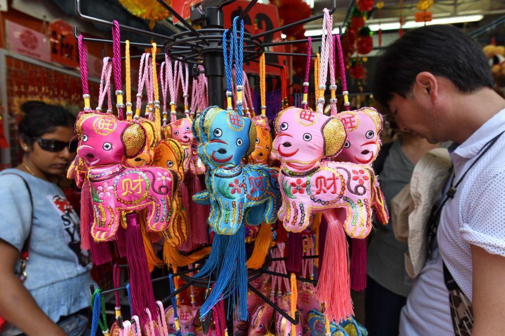 新加坡唐人街,農歷新年除夕,顧客們在挑選玩具