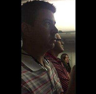 一名美國人從飛行員處得知自己的妻子懷孕