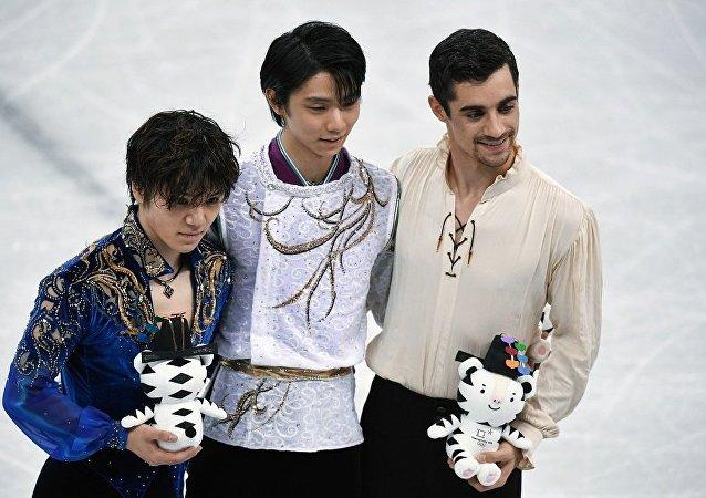 日本花滑选手羽生结弦 冬奥会史上第1000枚金牌获得者(在中心)