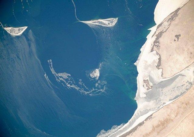 """俄罗斯宇航员展示了""""灾难性干涸""""水域的照片"""