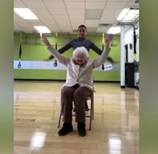 93歲老嫗健身時哈哈大笑在網上熱議