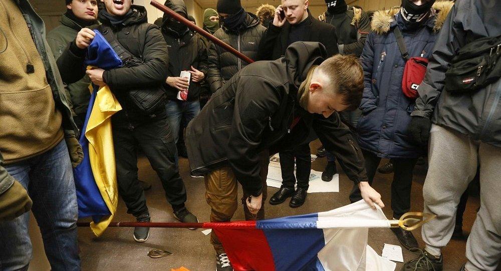 乌克兰民族主义者亵渎俄罗斯国旗