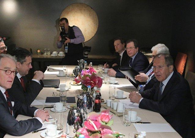 """俄德两国外长讨论了欧洲安全问题和""""明斯克协议""""的执行情况"""