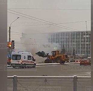 聖彼得堡一名工人借助挖掘機滅掉了一輛燒著汽車的大火