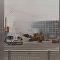 圣彼得堡一名工人借助挖掘机灭掉了一辆烧着汽车的大火