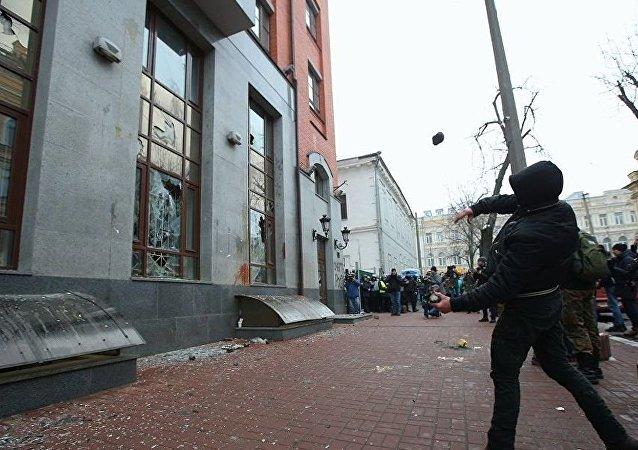 乌克兰激进分子朝俄驻基辅合作署扔石块和鸡蛋