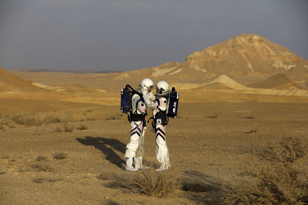 4名男性和2名女性將在遠離地球文明的封閉狀態下度過未來3天。