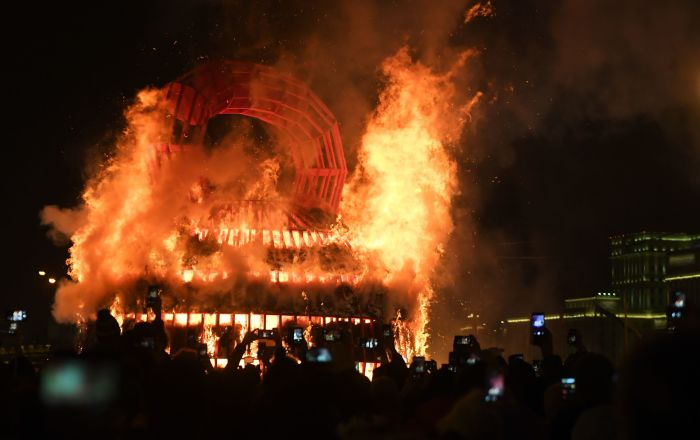 在莫斯科高爾基中央文化休息公園慶祝謝肉節時燃燒「冬日的艱難」藝術品