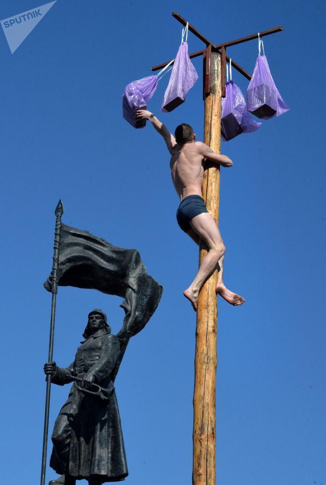 在符拉迪沃斯托克中心广场的谢肉节节日市场上的民间娱乐活动参与者