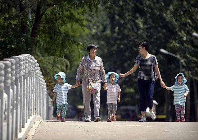 中国十三届全国人大一次会议或讨论全面放开三孩政策