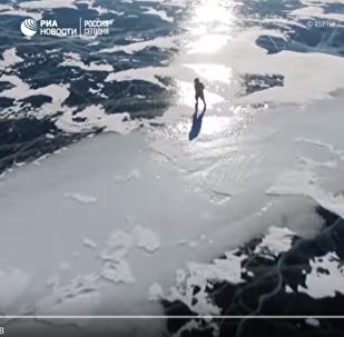 76歲老人貝加爾湖上滑冰