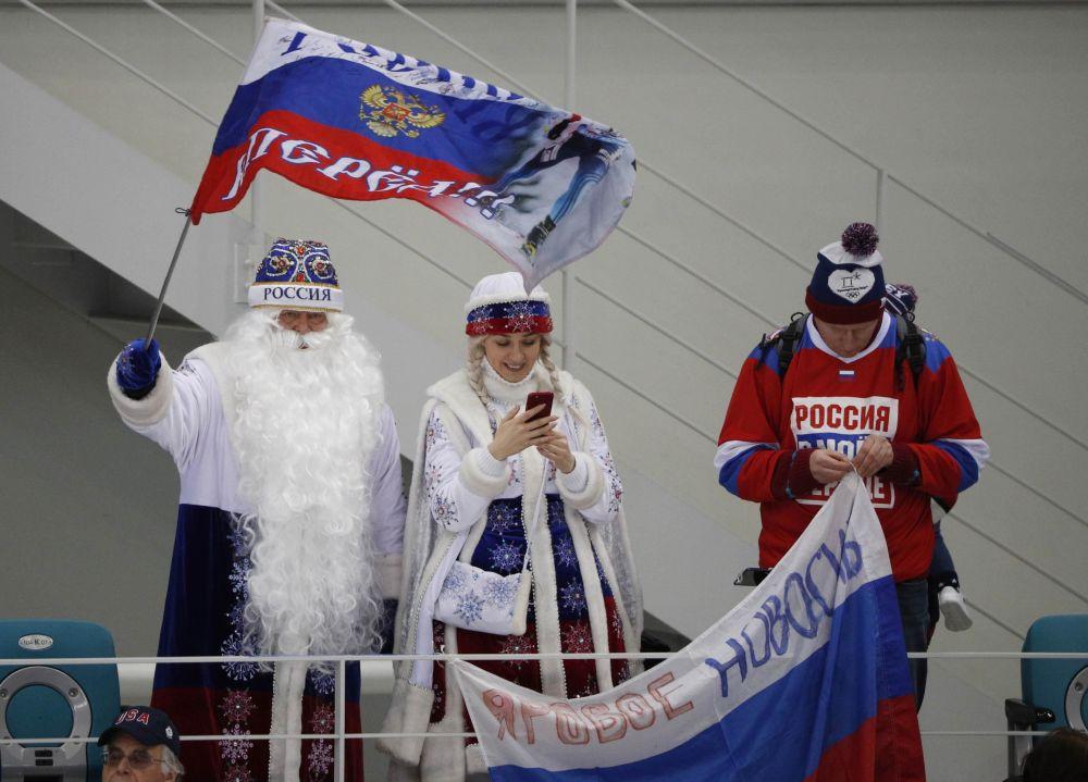 俄羅斯觀眾打扮成嚴寒老人和雪姑娘