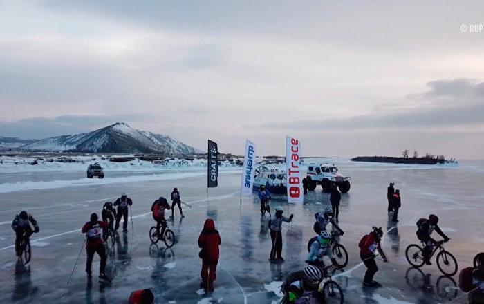 在冰封的贝加尔湖上滑冰骑车