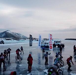 在冰封的貝加爾湖上滑冰騎車