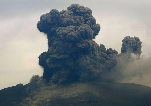 日当局警告勿靠近发生喷发的新燃岳火山