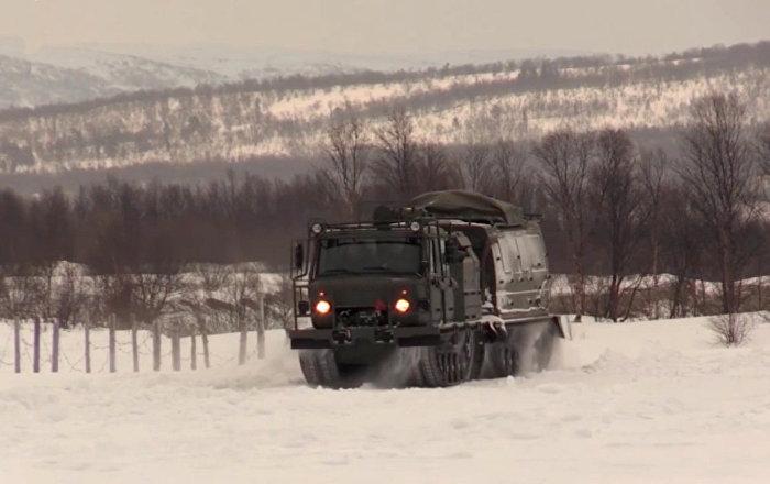 極寒中可行進的雪地車