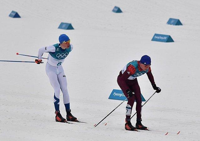 俄滑雪运动员博利舒诺夫9右边)和芬兰选手利沃·尼斯卡宁