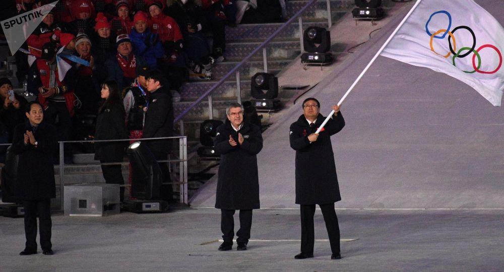 奥运旗帜在平昌奥运会闭幕式上被交给北京代表团