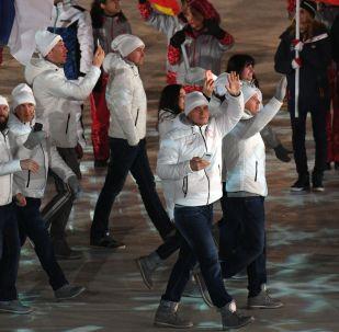 俄罗斯运动员在2018冬奥会的闭幕式上举奥利匹克旗帜入场