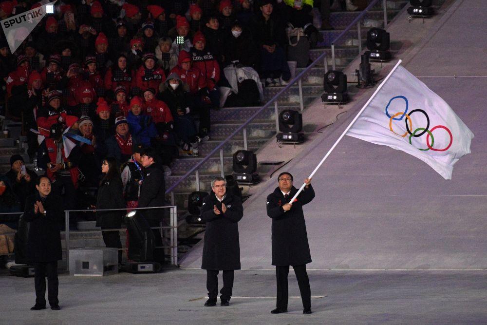 北京市市长陈吉宁和国际奥委会主席托马斯·巴赫在奥运会会旗交接仪式上