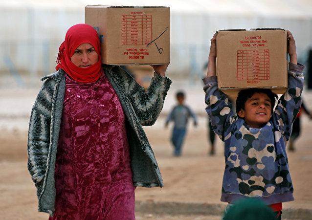 俄军人在叙利亚哈塞克省一镇分发食品并提供医疗帮助
