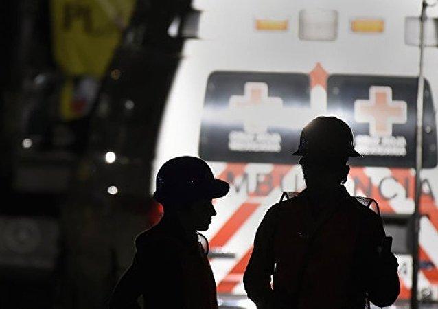 墨西哥消防人员从8米深井救出一岁幼儿