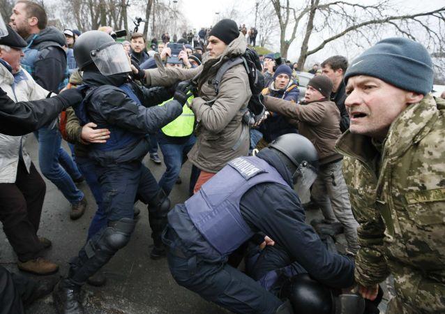 乌强力部门人员在基辅与萨卡什维利的支持者发生肢体冲突