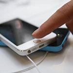 Посетитель московского магазина re:Store знакомится с функциями нового смартфона Apple iPhone 5s