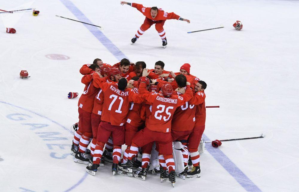 俄羅斯冰球運動員慶祝在平昌冬奧會上擊敗德國隊獲勝。