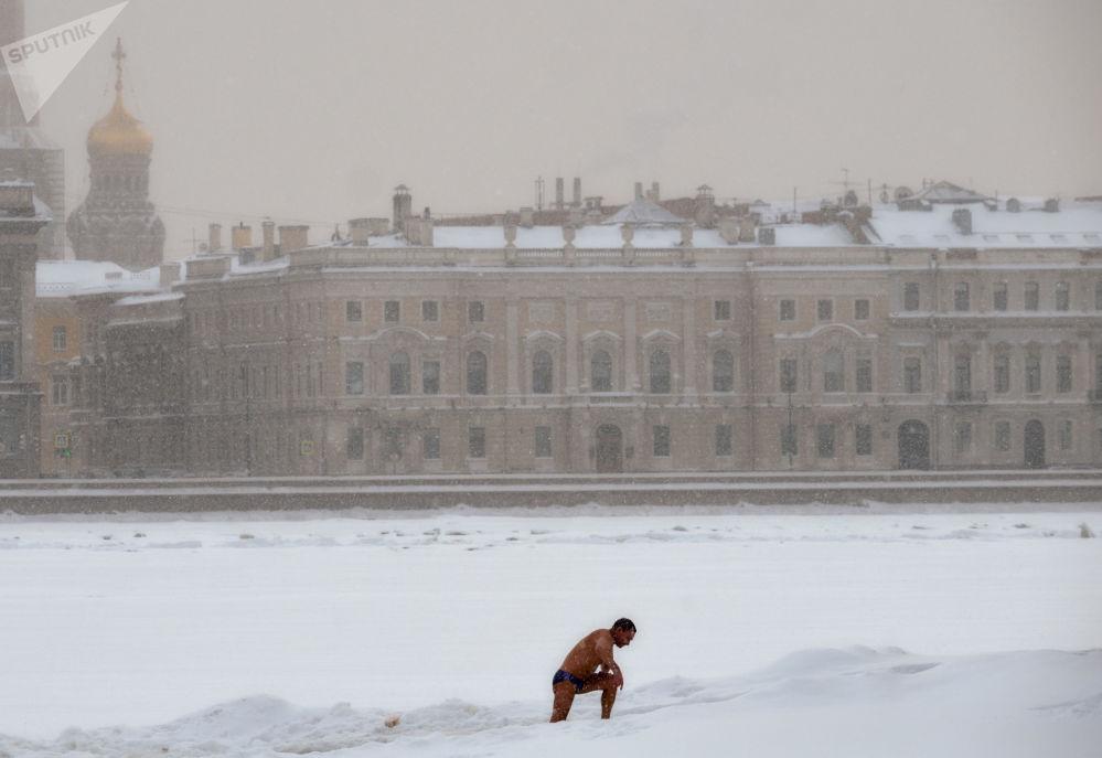 一名男子在聖彼得堡涅瓦河游泳。