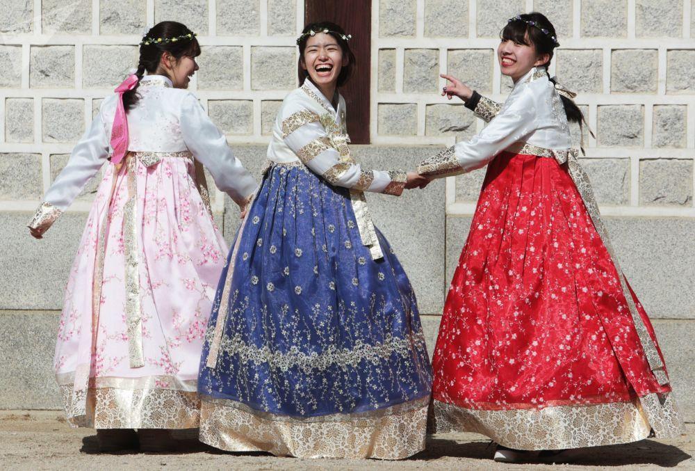 首爾一名女子身著韓國傳統服裝。