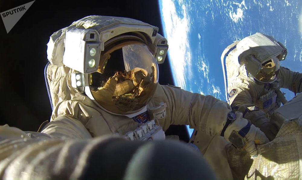 宇航員安東·什卡普列羅夫和亞歷山大·米舒爾金在太空行走