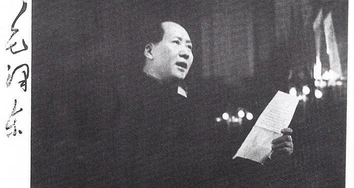 毛泽东在苏联大使罗申递交国书仪式上发表讲话。 左起:毛泽东为谢·齐赫文斯基签名