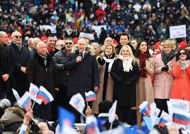 普京现身卢日尼基体育场 参加声援其竞选总统的集会