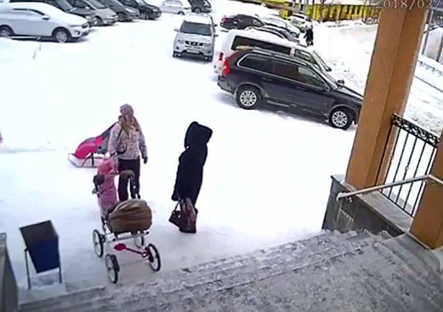 """一个一岁半的女孩将自己的母亲从""""雪崩""""中救出"""