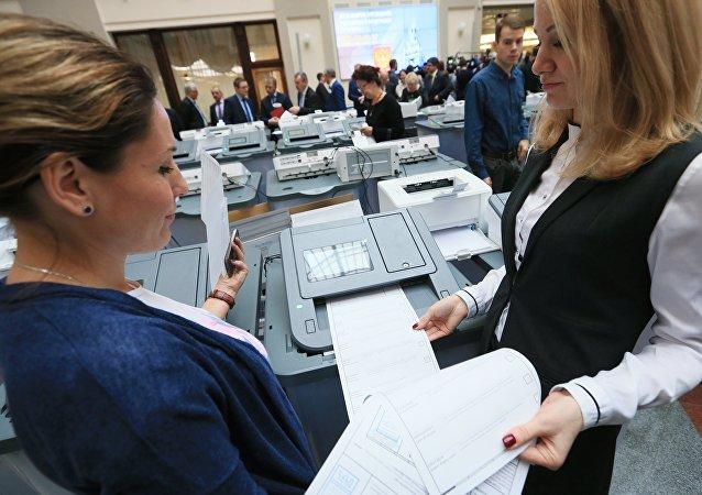 俄罗斯人在希腊排队提前进行俄总统大选投票